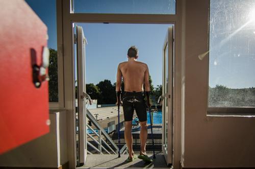 Boris Stein geht auf Krücken ins Schwimmbad