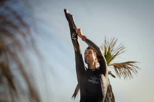 Boris Stein zieht seinen Sailfish UltimateIPS Neoprenanzug an