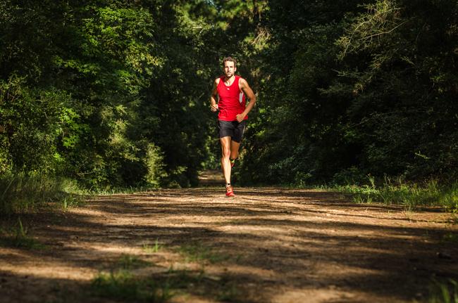 Boris Stein läuft alleine im Wald