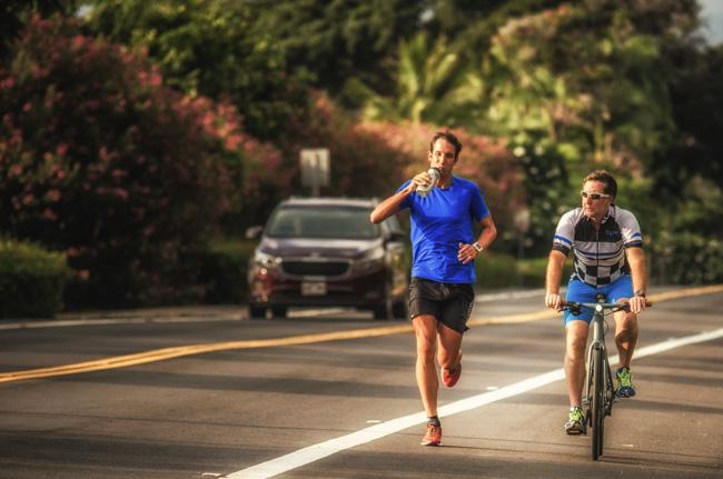 Boris Stein läuft begleitet von Peter Sauerland auf dem Alii Drive