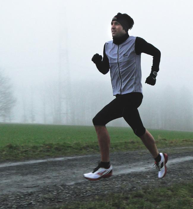 Boris Stein läuft durch den nebligen Westerwald