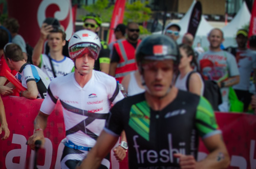 Boris Stein wechselt gemeinsam mit Lionel Sanders auf das Rad