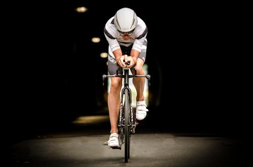Boris Stein fährt mit seinem Canyon Speedmax SLX durch das Bilderbuchpanorama